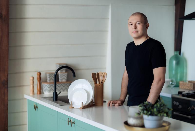 Желанная красотка устроила фотосессию посреди кухни